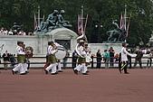 倫敦一日遊:注意看背大鼓的那一位