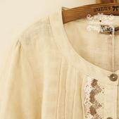 120829-1:Lb131阿米良品秋季新款棉麻質地圓領針織鉤花衣襟森女風長袖襯衫1.jpg
