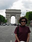 2009/6/26-29@Paris:媽咪與凱旋門(趁紅燈在馬路中間拍的)