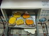 我可口的養身早餐:蒸熟的地瓜,放入烤箱烤5分鐘之後,在淋上憂格,就很美味了