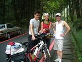 2007明池之旅:純如的腳踏車,騎在森林裡、真酷喔..