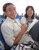未分類相簿:2010與錦敦一起旅行、在機場、夫妻兩人開心笑..