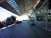 2011年暑假日本九州豪斯登堡夜景酒店五日遊~第5天:P1020166日本九州福岡空港(國際機場)--出境大廳--門口走道.JPG