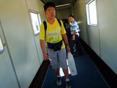 2011年暑假日本九州豪斯登堡夜景酒店五日遊~第5天:P1020169搭華航CI-0111班機,由日本福岡機場飛往台北-通過56號登機口走上登機空橋.JPG