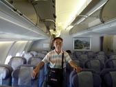 2011年暑假日本九州豪斯登堡夜景酒店五日遊~第5天:P1020171攝於華航CI-0111班機,由日本福岡機場飛返台北-座艙通道(A330-300型飛機).JPG