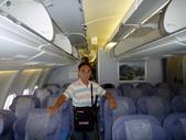 2011年暑假日本九州豪斯登堡夜景酒店五日遊~第5天:P1020172攝於華航(A330-300型飛機)CI-0111班機,由日本福岡機場飛返台北--座艙通道.JPG