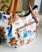 媽寶包:後袋身的大拉鍊可以放隨時要取用的物品~