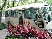 礁溪老爺:停在台北老爺酒店門口準備發車的交通車