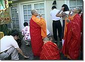 《多杰羌佛第三世》 :四眾弟子正在地上沾甘露水洗臉、品嚐芬芳的甘露.jpg