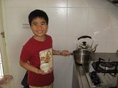 做家事的詠:煮焦糖990208.JPG
