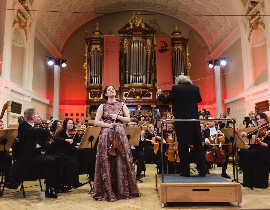 小提琴家(301-1000):719 Veriko Tchumburidze 韋里科.柴契爾伯里 1996年 格魯吉亞裔土耳其小提琴家05.jpg