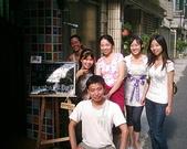 松山高中生研社創社20週年社慶聚餐照片:與松山生研的慶生看板合影3