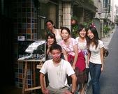 松山高中生研社創社20週年社慶聚餐照片:與松山生研的慶生看板合影2