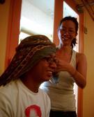松山高中生研社創社20週年社慶聚餐照片:突尼西亞頭巾服飾示範