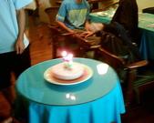 松山高中生研社創社20週年社慶聚餐照片:松高生研社20歲生日蛋糕燭光