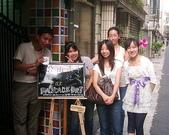 松山高中生研社創社20週年社慶聚餐照片:與松山生研的慶生看板合影