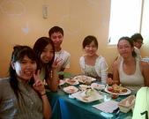 松山高中生研社創社20週年社慶聚餐照片:8th小蟑螂與13th社長與幹部們的合照