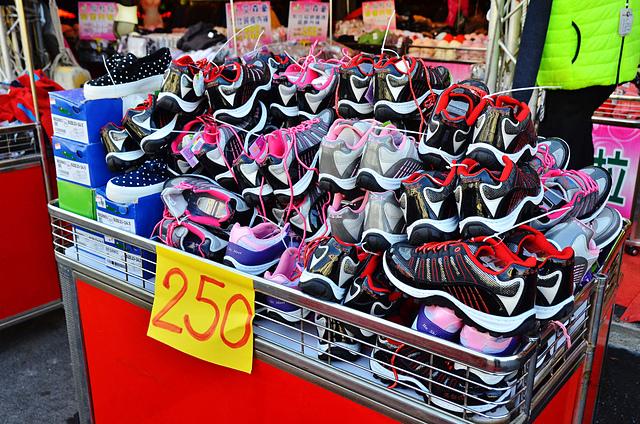 1112154248 l - 【熱血採訪】寶籮國際年終聯合拍賣會~過年前大特價出清,毛衣$128,保暖厚外套$280,牛仔褲$190元,Nike、皮爾卡登、愛迪達品牌鞋款$350起,打卡再送暖暖包或襪子