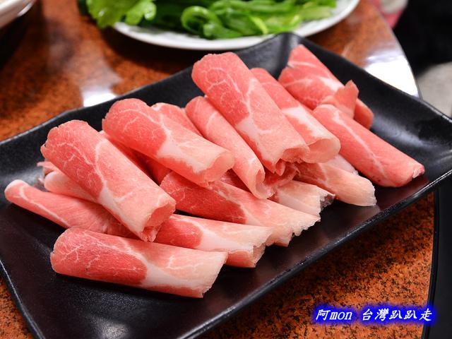 1020043007 l - 【台中中區】驛站房東北酸菜白肉鍋~豐盛的火鍋和好吃的韭菜蝦水餃