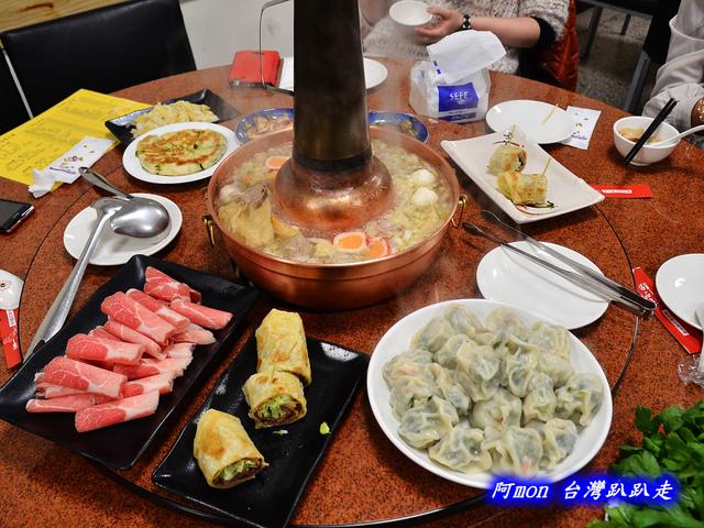 1020043010 l - 【台中中區】驛站房東北酸菜白肉鍋~豐盛的火鍋和好吃的韭菜蝦水餃