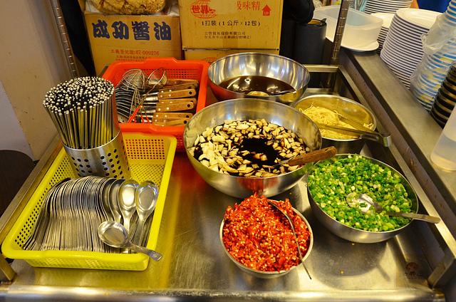 1142437414 l - 【熱血採訪】阿財牛肉湯~來自台南道地平民小吃推薦,大推用鮮美牛骨高湯涮每日台南直送的溫體牛肉,近台中教育大學