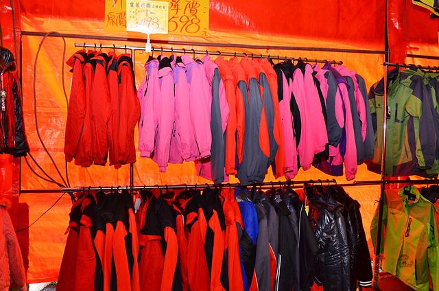 1112154267 l - 【熱血採訪】寶籮國際年終聯合拍賣會~過年前大特價出清,毛衣$128,保暖厚外套$280,牛仔褲$190元,Nike、皮爾卡登、愛迪達品牌鞋款$350起,打卡再送暖暖包或襪子
