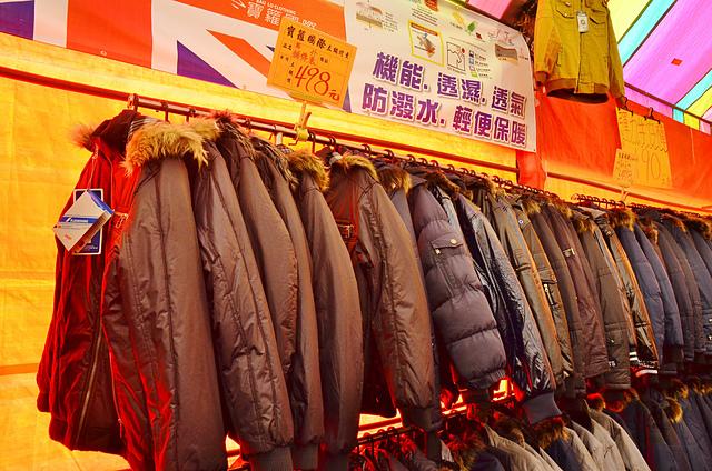 1112154782 l - 【熱血採訪】寶籮國際年終聯合拍賣會~過年前大特價出清,毛衣$128,保暖厚外套$280,牛仔褲$190元,Nike、皮爾卡登、愛迪達品牌鞋款$350起,打卡再送暖暖包或襪子
