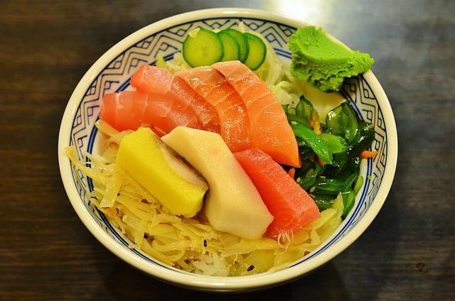 1065650632 l - 【台中西區】鱻屋~超便宜的海鮮生魚片丼飯,炙燒鮭魚丼飯、綜合生魚片蓋飯好吃又豐盛,近台灣大道、BRT