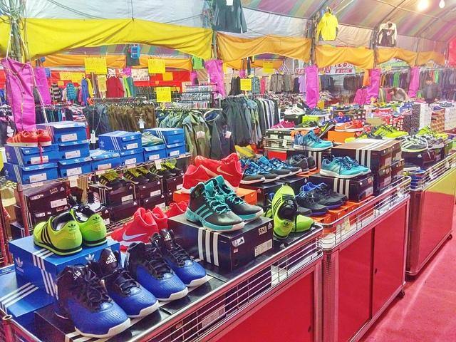 1112252603 l - 【熱血採訪】寶籮國際年終聯合拍賣會~過年前大特價出清,毛衣$128,保暖厚外套$280,牛仔褲$190元,Nike、皮爾卡登、愛迪達品牌鞋款$350起,打卡再送暖暖包或襪子