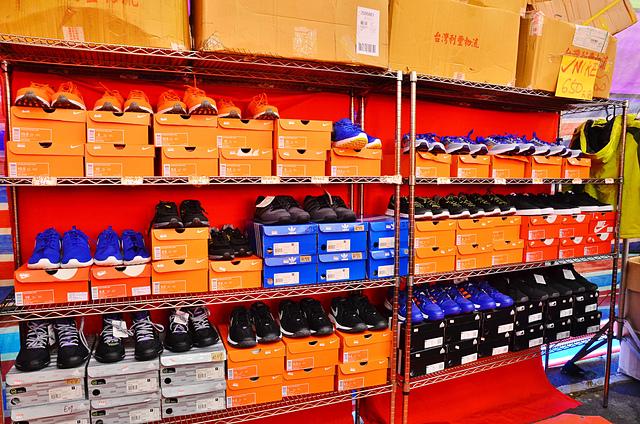1112156349 l - 【熱血採訪】寶籮國際年終聯合拍賣會~過年前大特價出清,毛衣$128,保暖厚外套$280,牛仔褲$190元,Nike、皮爾卡登、愛迪達品牌鞋款$350起,打卡再送暖暖包或襪子