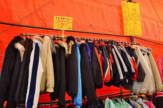 1112153291 l - 【熱血採訪】寶籮國際年終聯合拍賣會~過年前大特價出清,毛衣$128,保暖厚外套$280,牛仔褲$190元,Nike、皮爾卡登、愛迪達品牌鞋款$350起,打卡再送暖暖包或襪子