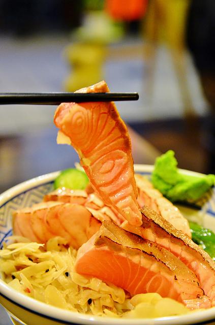 1065649902 l - 【台中西區】鱻屋~超便宜的海鮮生魚片丼飯,炙燒鮭魚丼飯、綜合生魚片蓋飯好吃又豐盛,近台灣大道、BRT