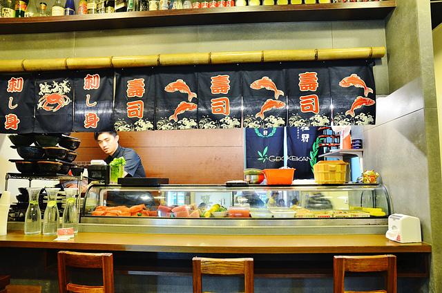 1130283875 l - 【台中南區】築地町食堂~忠孝夜市熱門平價日本料理店推薦,好吃又便宜的鮭魚丼飯必點,有超大片鮭魚片,口感一流,還有鮮魚味噌湯免費喝到飽,近中興大學(已歇業)