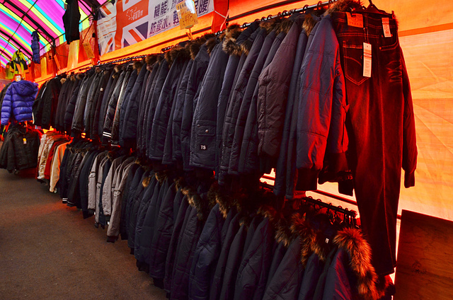 1112153863 l - 【熱血採訪】寶籮國際年終聯合拍賣會~過年前大特價出清,毛衣$128,保暖厚外套$280,牛仔褲$190元,Nike、皮爾卡登、愛迪達品牌鞋款$350起,打卡再送暖暖包或襪子