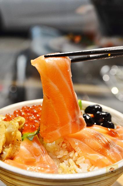 1137990432 l - 【台中西區】虎丼日式丼飯專賣~平價海鮮丼飯新開幕,推薦便宜好吃的鮭魚親子丼和超澎湃的豪華海鮮丼,味噌魚湯、飲料免費喝到飽寶