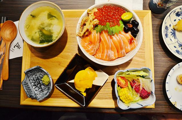 1137989928 l - 【台中西區】虎丼日式丼飯專賣~平價海鮮丼飯新開幕,推薦便宜好吃的鮭魚親子丼和超澎湃的豪華海鮮丼,味噌魚湯、飲料免費喝到飽寶