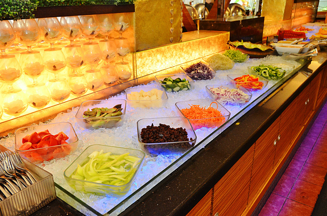 1093856475 l - 【熱血採訪】貴族世家~大推鮮嫩美味的菲力牛排及大盎司丁骨牛排,還有大量熟食沙拉吧及霜淇淋機吃到飽,吃西餐的好選擇,近中興大學、台中火車站