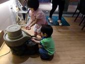 110517行動派吃麻婆:玩水玩的很開心的二隻小朋友~