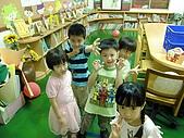 100505白兔班母親節表演:在圖書室的五位小朋友