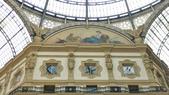 義大利之旅-米蘭-加達湖-維諾納:米蘭-艾曼紐二世拱廊購物區-亞洲人濕壁畫.JPG