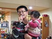 2011-大年初一 陽明山踏青&天成飯店晚宴:抱薰薰唱歌.jpg