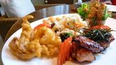 BELLAVITA-夏威夷餐廳:Bellavita-Haleakala 夏威夷餐廳-亞洲拼盤(蔬菜春捲,炸花枝,照燒雞翼,泡菜,酥炸軟殼蟹酪梨米紙捲).jpg