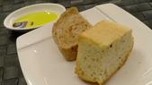 犇鐵板燒:犇鐵板燒-歐式麵包佐義大利橄欖油.JPG