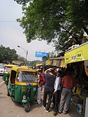 九月抓飛印度蓮花寺:新德里的街上,一堆嘟嘟車